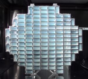 Der Staubkollektor der NASA Stardust Sonde. Die Kometenpartikel sind in den bläulichen Aerogel-Blöcken eingeschlagen.